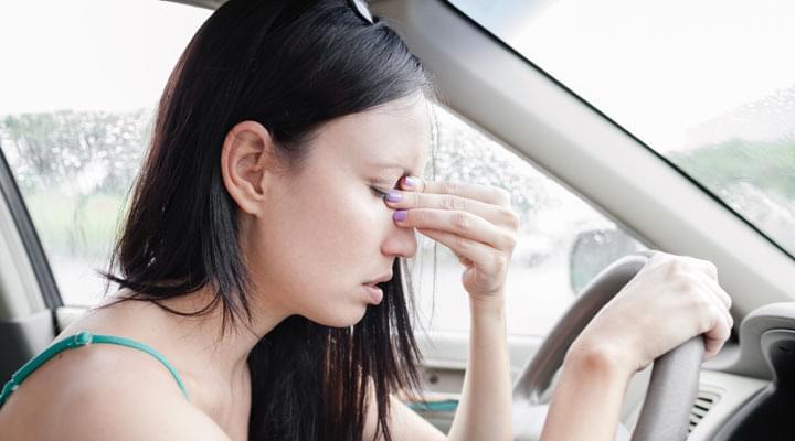 Apotheke im Auto gegen Übelkeit bei junger Frau