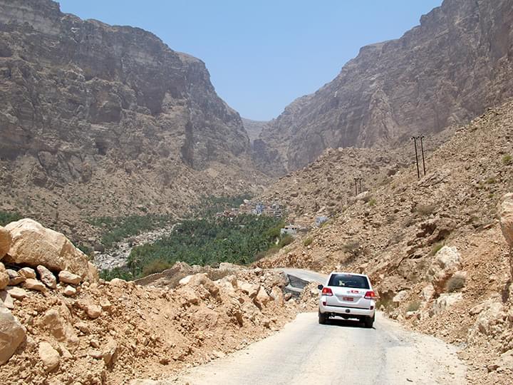 Con el auto de alquiler a través de Oman