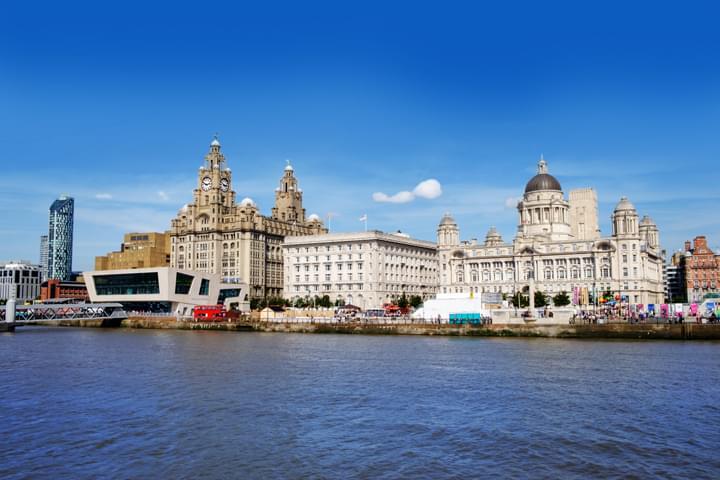 Skyline Liverpool con museos desde el agua