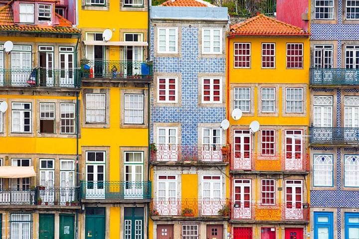 Bunte Häuserfassaden in Porto mit dem Mietwagen erkunden