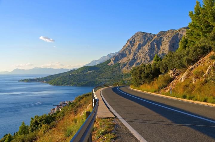 Con el carro de arrendamiento en la costa de Croacia