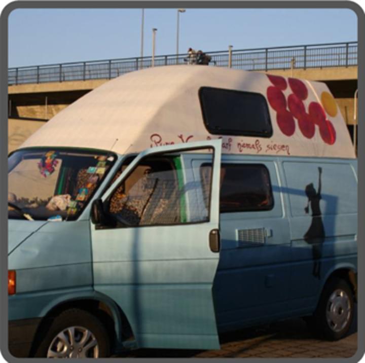 Blauer VW Bus