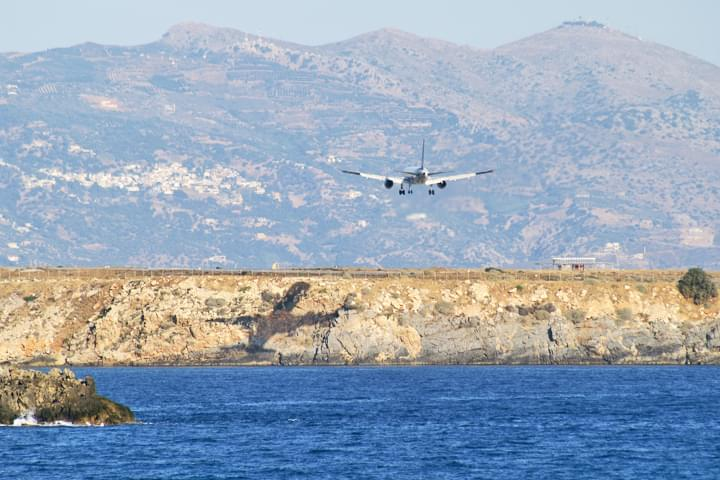 Avión aterrizando en Creta